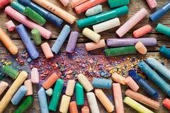 Sammlung des Regenbogens färbte Pastellzeichenstifte mit Pigmentstaub O Lizenzfreie Stockfotos