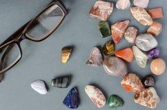 Sammlung Edelsteine auf einem grauen Hintergrund stockbild