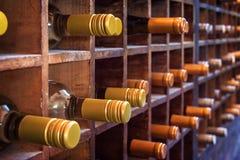 Sammlung Flaschen Wein auf hölzernen Fällen lizenzfreies stockfoto