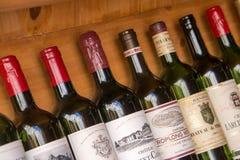 Sammlung Flaschen Weine von Bordeaux lizenzfreie stockfotografie