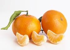 Sammlung ganze Tangerine- oder Klementinenfrüchte und abgezogene Segmente Stockfoto