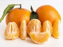 Sammlung ganze Tangerine- oder Klementinenfrüchte und abgezogene Segmente lokalisiert auf weißem Hintergrund Stockfoto
