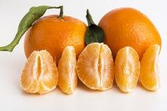 Sammlung ganze Tangerine- oder Klementinenzitrusfrüchte und abgezogene Segmente Lizenzfreie Stockbilder