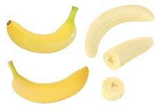 Sammlung ganze und geschnittene gelbe Bananenfrüchte lokalisiert auf Weiß mit Beschneidungspfad Stockfotos