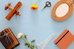 Sammlung Gegenstände über blauer Tabelle alte Bücher, Flugzeug, Blumen und Rahmen Lizenzfreie Stockfotografie