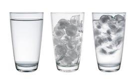 Sammlung Glas mit Wasser und Eis lokalisiert auf Weiß, Clippi Stockfoto