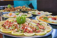 Sammlung Lebensmittelteller am Buffet Stockbild