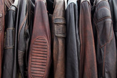 Sammlung Lederjacken auf Aufhängern im Shop Lizenzfreie Stockfotografie