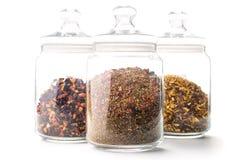 Sammlung loser Tee, trockene Teeblätter in den Glasschüsseln, lokalisiert auf Weiß Lizenzfreies Stockbild