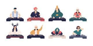 Sammlung männliche und weibliche DJ lokalisiert auf weißem Hintergrund Bündel nette lustige Diskjockeys, die Musikaufzeichnungen  stock abbildung