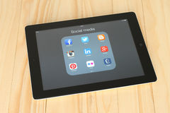 Sammlung populäre Social Media-Logos auf iPad Schirm Lizenzfreie Stockbilder