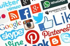 Sammlung populäre Social Media-Logos druckte auf Papier Stockbild