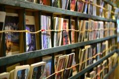 Sammlung Postkarten und Fotos in einem Café in Yangshuo, Guangxi, China lizenzfreie stockfotos