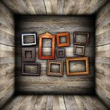 Sammlung schöne Rahmen auf hölzerner Wand Stockfotos