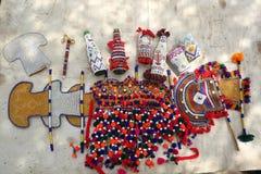 Sammlung Sindhihandwerkerhandwerkkünste: perlenbesetzte Gehäuse für verschiedene Einzelteile, Fans, gesponnene Einzelteile stockfotografie