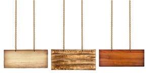 Sammlung verschiedene Holzschilder mit einer Goldkette Stockfotos