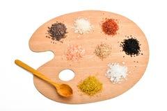 Sammlung verschiedene Salze auf der hölzernen Palette lokalisiert auf Weiß Stockfoto