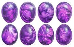Sammlung von acht Ostereiern färbte Purpurrotes und verziert mit den Blatt-Impressen, die auf weißem Hintergrund lokalisiert wurd Lizenzfreie Stockfotos