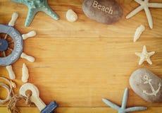 Sammlung von See und setzen die Gegenstände auf den Strand, die einen Rahmen über hölzernem Hintergrund schaffen, Stockfotos