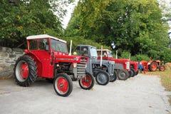 Sammlung von vier alten Traktoren Massey Ferguson stockfotos