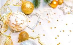 Sammlung Weihnachtsbälle, Weihnachten spielt auf Schnee Lizenzfreie Stockfotografie