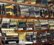 Sammlung Weinleseakkordeons in Wolgograd-Museum von Musikinstrumenten lizenzfreies stockbild