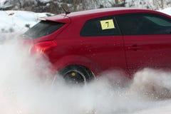 Sammlungauto auf schneebedeckter Straße Stockfoto