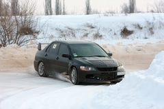 Sammlungauto auf schneebedeckter Straße Stockbild