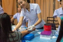Sammlungsblut im Labor für Überprüfung eine Gesundheit Stockbilder