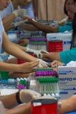 Sammlungsblut im Labor für Überprüfung eine Gesundheit Lizenzfreie Stockfotografie