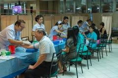 Sammlungsblut im Labor für Überprüfung eine Gesundheit Lizenzfreies Stockfoto
