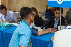 Sammlungsblut im Labor für Überprüfung eine Gesundheit Lizenzfreie Stockbilder