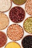 Sammlungssatz Bohnen, Erbsen und indischer Sesam in der hölzernen Schüssel. Stockbild
