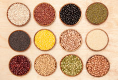Sammlungssatz Bohnen, Erbsen und indischer Sesam in hölzernem Lizenzfreie Stockfotografie