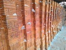 Sammlungssatz des Stapels der roten Backsteine in der Ofenfabrik vor logistischem Transport Lizenzfreies Stockbild