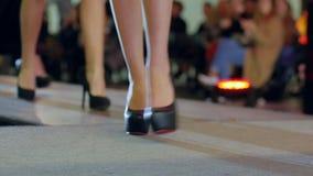 Sammlungsschuhe an der Modewoche, schöne weibliche Beine in den hohen Absätzen auf Modeschau, stilvolle Schuhe auf Frauenfüßen stock video footage