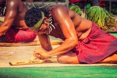 Samoański mężczyzna demonstruje dlaczego zaczynać ogienia nacierać kije Fotografia Royalty Free