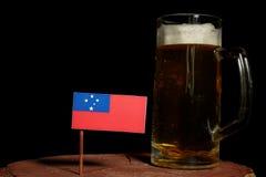 Samoa flaga z piwnym kubkiem na czerni Zdjęcie Stock