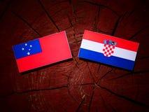 Samoa flagga med den kroatiska flaggan på en isolerad trädstubbe Royaltyfri Fotografi