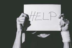 Samobójcza depresja Mężczyzna mienia pomocy znaka papier obrazy royalty free
