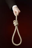 Samobójstwa i biznesu temat: Ręka biznesmen trzyma pętlę arkana dla wieszać na zmroku w czarnej kurtce - czerwień odizolowywająca Obraz Royalty Free