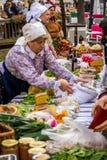 Samobor-Stadtjahrestag mit den alten Damen, die traditionelle Nahrung verkaufen lizenzfreie stockfotografie