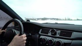 Samochód jedzie lodowatym śladem na śnieg zakrywającym jeziorze przy zimą Kabina wśrodku widoku Sportowy samochód ściga się na śn zbiory