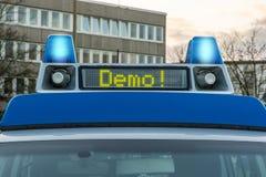 Samochód policyjny z słowo demonstracją w pokazu panelu zdjęcia stock