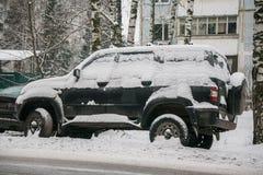Samochód, zakrywający z gęstą warstwą śnieg, w jardzie mieszkaniowy dom w provilcial miasteczku zdjęcia royalty free
