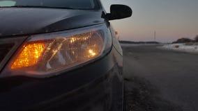 Samochód łamał puszek w zima zmuszającej przeciwawaryjnej przerwie obracającej na światło zwrota sygnale zima drogowego ruchu dro zdjęcie wideo