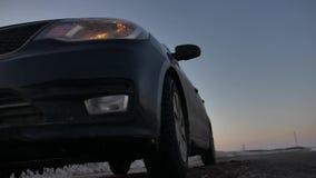 Samochód łamał puszek w zima zmuszającej przeciwawaryjnej przerwie obracającej na światło zwrota sygnale indoors zima drogowego r zdjęcie wideo