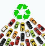 Samochód bawi się kłoszenie w kierunku zielonego energetycznego symbolu szyldowego proponowanie sprzedaży przyrosta elektryczni p Obrazy Royalty Free