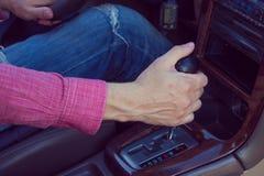 samochód człowieku jazdy Ręki na przekazie Obrazy Royalty Free