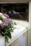 samochód dekorujący kwitnie rocznika ślub Fotografia Royalty Free